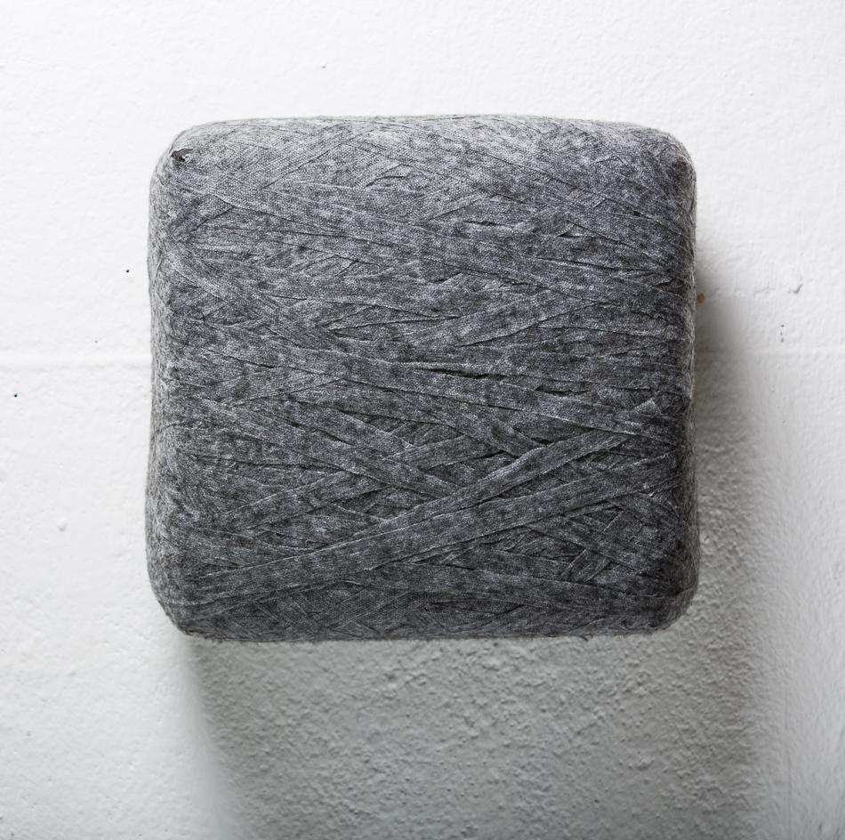 Objekt, o.T., 2018, 28x26x12 cm, Stoff, Schaumgummi, Holz